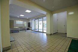 「エントランス」タイル調で、汚れやゴミのない共用部分。管理の行き届いた素敵なマンションです。