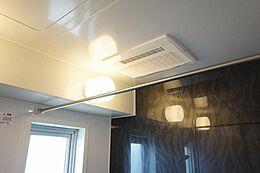 浴室暖房乾燥機付きの浴室。 花粉症の時期や、雨の多い時期でもお洗濯に困りません。