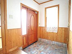 天然席の玄関タイル。 玄関横に収納(3帖)がついているので、片付いた玄関がキープできます。