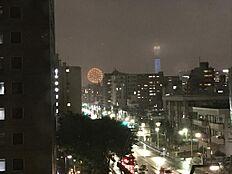 (平成29年8月6日撮影)お部屋から隅田川花火大会の花火大会を鑑賞することが出来ます。花火大会の日はリビングの大きな窓の前にテーブルを置いて、ワインを片手にホームパーティーなんていかがですか。