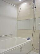 追い炊き機能・浴室乾燥機付きユニットバスです。雨の日でもしっかりお洗濯物を乾かせます
