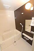 ブラウンでシックな装いの浴室は、1日の疲れを取るのにピッタリな空間ですね