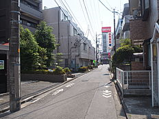 福生駅まで約3分。通勤通学に便利ですね。
