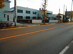 前面道路間口は3mあるので、自動車の駐車も楽々