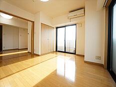 洋室 3枚の引き戸は開口広く開放すると更に広々とご利用頂けます・