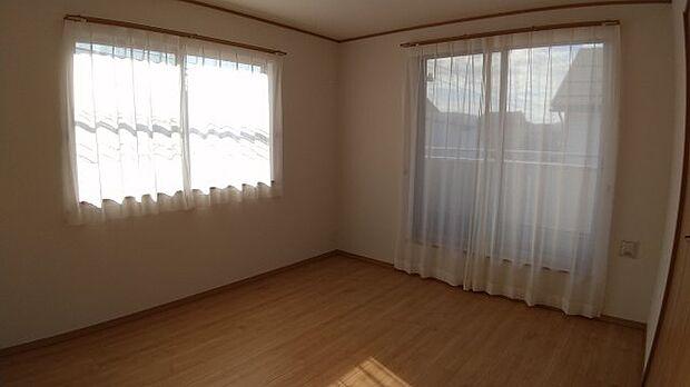 7帖の洋室。南向きのバルコニーから光が差し込みます♪