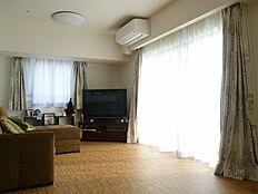 リビングです。南面と東面からの採光と、床暖房で寒い季節にも過ごしやすいです。