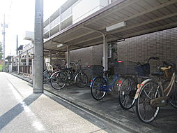 共用スペースの自転車置き場は、駐車場を挟んだ奥と2か所に分かれているのでスペースに困ることはありませんね(2019年7月30日撮影)