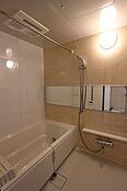 浴室乾燥機付バス。お天気の悪い日でも洗濯出来ます。追焚き機能付。エコでお風呂に入れます。