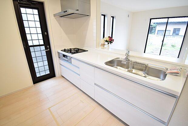 ご家族やお客様との会話も楽しめる対面式キッチン。3口コンロ付のシステムキッチンはお料理の効率も上がります。うれしい床下収納付き♪