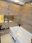 追い焚き・乾燥暖房機能付き浴室です。