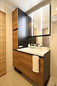 木目調扉が美しい洗面台。継ぎ目や隙間のない一体型カウンターは拭くだけ。お手入れらくらくです