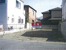 低層住居専用地域の閑静な住宅街、更地渡しです。