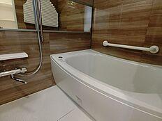 追い炊き機能・換気乾燥付浴室。ご家族で入られても充分な広さです