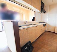 調理スペースもゆったり、収納たっぷりのシステムキッチン