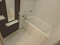 お風呂には大き目の鏡が付いています