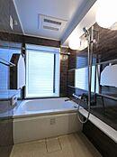 窓・追い焚き機能付きバスルーム