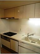 ・浄水器付き水栓、食器洗浄機付きです。キッチン横には便利な可動棚がございます。