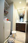 コンパクトながらリネン類等の収納も充実した洗面所です。
