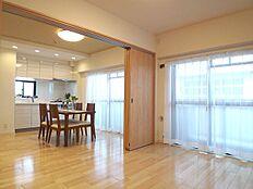 洋室とDKは続き間になっていて、開放感のある空間になっています。