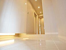 住まいの顔となる玄関は、清潔感あふれる白が貴重のデザインとなっており、気持ちよく迎え入れてくれること間違いありません。