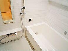 室内乾燥はもちろん 洗濯物も干せる便利な浴室乾燥付き