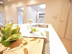 広い空間を確保したキッチン。床下収納もあり食器や食材の整理も楽々