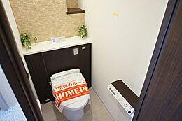 ウォシュレット付きのトイレは快適にご利用できます。アクセントクロスがオシャレですね。