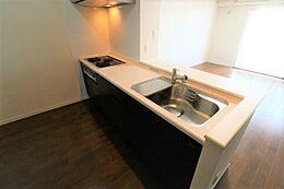 リビングの様子がよく見えるキッチンです。3口コンロ、収納がたくさんついています。