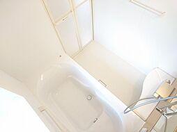 リフォーム済 浴室別アングル 1坪サイズなので足をのばしてゆっくりとはいることができます 床は滑りにくい加工が施されていますのでお子様でも安心です ゆったりとお風呂の時間を楽しんでみませんか