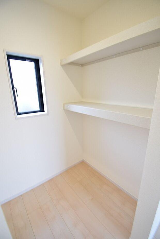 窓付きで明るいWICは収納はもちろん、書斎や趣味のお部屋など多目的にお使いいただけます。