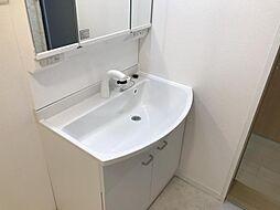 大きな鏡・収納もある洗面台