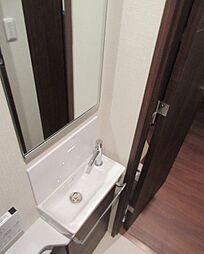 手洗い器には鏡...