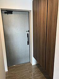 玄関には3枚扉...