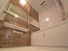 浴槽と内装の色合いがマッチしている浴室で1日の疲れを癒してください。