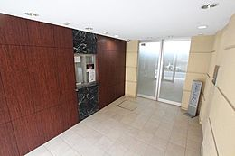 (エントラス)玄関アプローチは毎日使うため大事な空間です。明るく綺麗なのは全体をしっかり管理している証拠です。