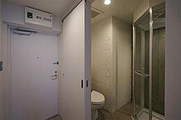 シャワーブースは、コンクリートの壁が見えるデザインです。
