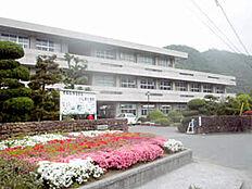 坂越中学校まで約580m(徒歩8分)