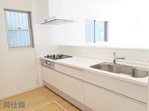1号棟同仕様:システムキッチン ダイニングに面した対面式キッチンでは、できたてのお料理がすぐテーブルに出せます