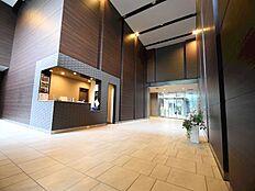 グランドエントランスに設置したホールは2層吹き抜けの優雅な空間。このマンションの格を感じさせる1コマです。