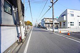 バス停は徒歩1分のところに西荻窪駅行きがございますので、雨の日の通勤も気が重たくないですね。