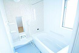 広々浴槽なので子供さんとの入浴も楽しんで頂けます。浴室乾燥機付きです。