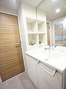 大きな鏡の洗面化粧台です。リネン庫もありタオルや日用品が収納できます。