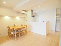 約12.4帖のLDKです。キッチンの小窓や隣の洋室からも採光があり、明るい空間です