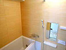 お風呂場内にも物を置ける収納棚がいくつもあります。シャンプーや石鹸など、お風呂場には意外と置いておきたいものがたくさんあります。