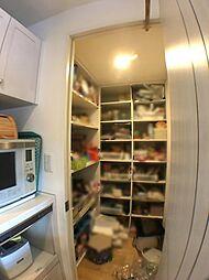 キッチン横の大容量収納のパントリー