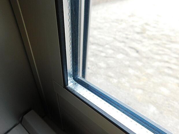 複層ガラスを採用すると断熱効果が高まり、快適性がアップ。冬暖かく、夏涼しい室内温度に。また、複層ガラスは結露を抑えたり、遮音にも効果を発揮します。※写真はイメージで、実物は現況を優先します。