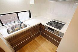人気のL字キッチン。ビルトイン式の食器洗い乾燥機を標準設置しています。三口コンロのためお料理の幅も広がります。