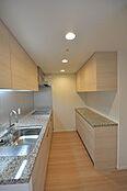 ゆったりスペースの独立キッチンですシステムキッチンと同色のカップボードもございます