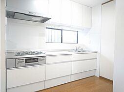 リフォーム済 キッチン システムキッチン交換、床フローリング重ね張り、壁・天井クロス張替、火災警報器設置、照明器具交換 幅広システムキッチンならお料理ラクラク 調理時間の短縮にもつながります